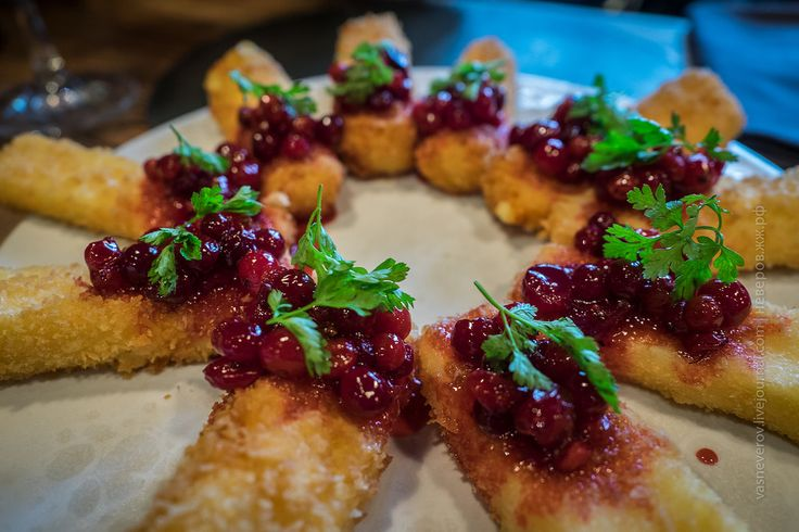 Жареные сырные палочки с брусникой
