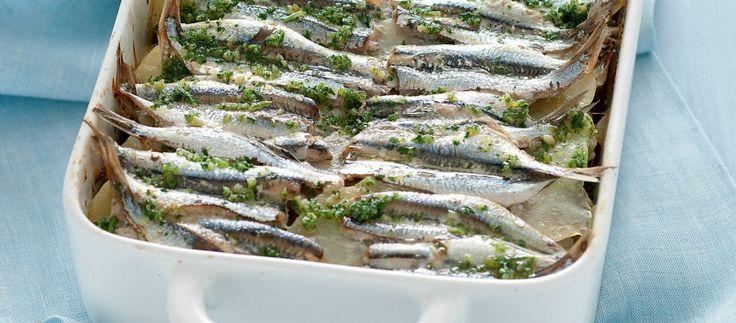 Tritate un ciuffo di prezzemolo con uno spicchio d'aglio e alcune foglie di menta. Pelate le patate, lavatele e tagliatele a fettine. Eviscerate e...