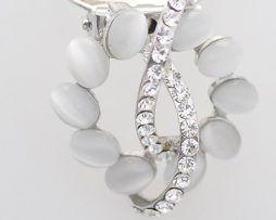 Luxusná strieborná brošňa s bielymi kamienkami a kryštálikmi.,