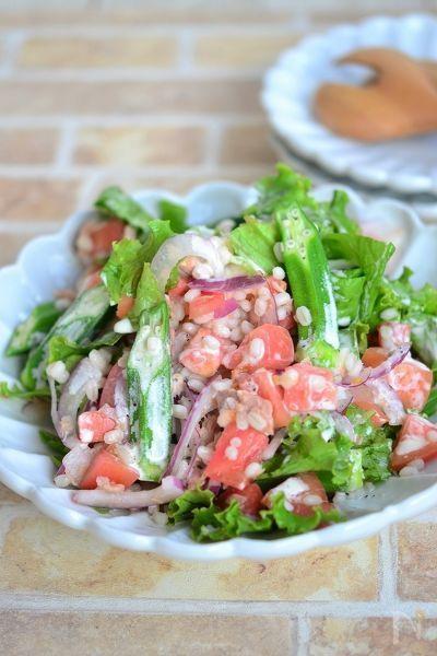 食物繊維豊富なもち麦入りなので、ダイエット効果が期待でき、この1皿でビタミン、ミネラル、たんぱく質が摂取できる健康サラダです。