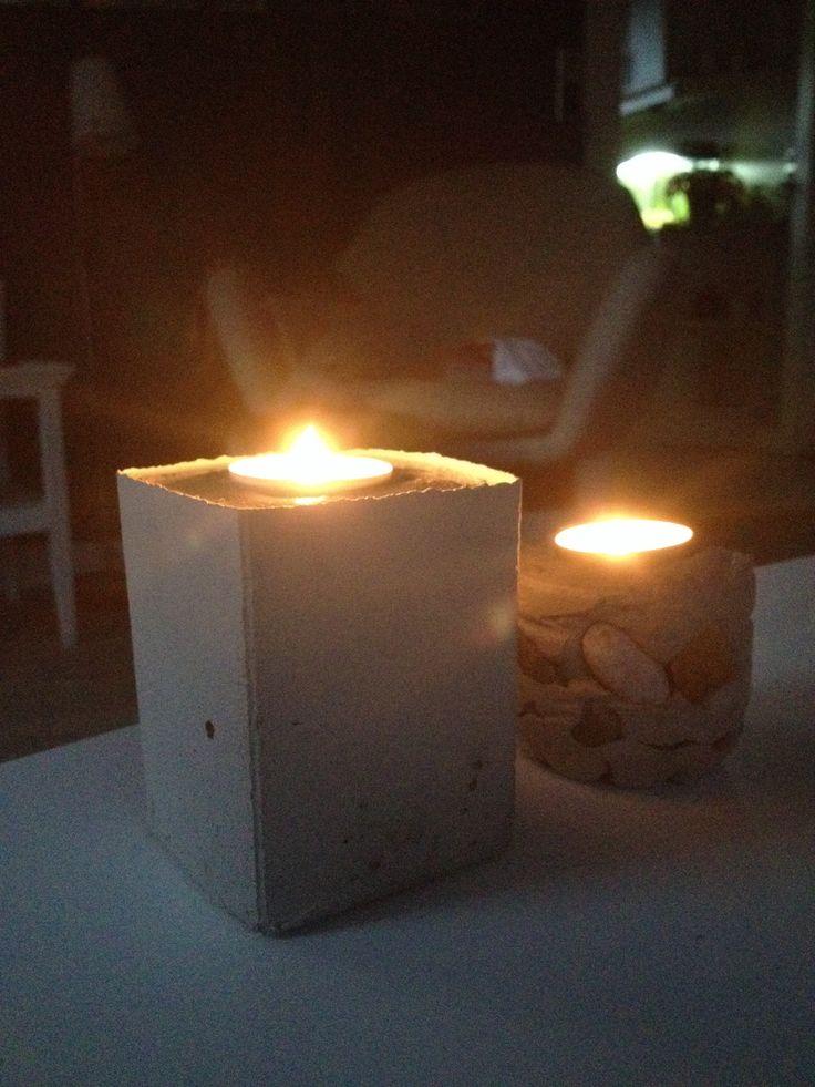 Hjemmelavede lysestager af mælkekarton og cement