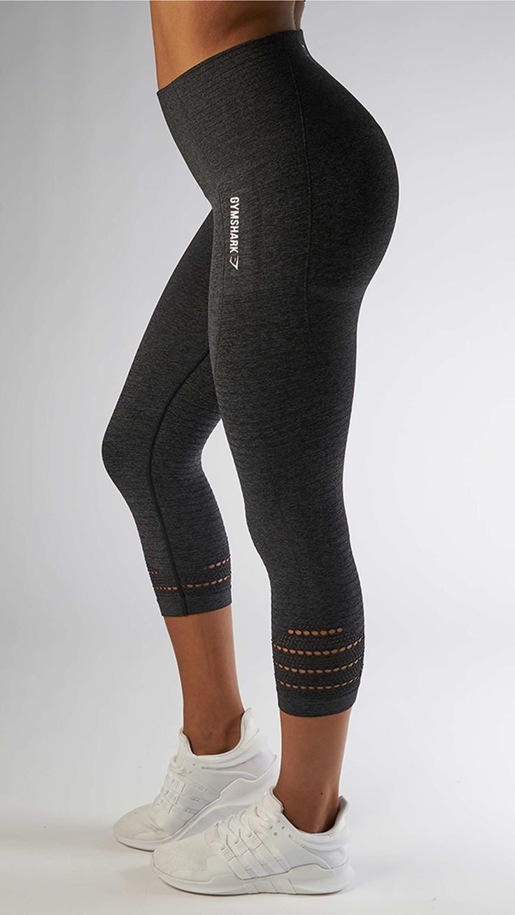 With their stunning and form fitting shape the Seamless High Waisted cropped leggings in black ...