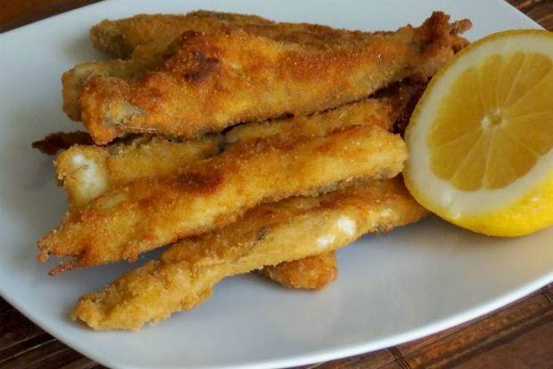 Ψαροροκέτες, ψαρομπιφτέκια, ψάρια με πολύ ψαχνό χωρίς πολλά αγκάθια είναι συνήθως οι επιλογές μιας οικογένειας με μικρά παιδιά. Για αρκετά χρόνια τα αγαπημένα ψαράκια των παιδιών μου ήταν τα τηγανητά μπακαλιαράκια με τον τρόπο της σημερινής συνταγής. Όποτε τα έφτιαχνα, δεν τους προλάβαινα!