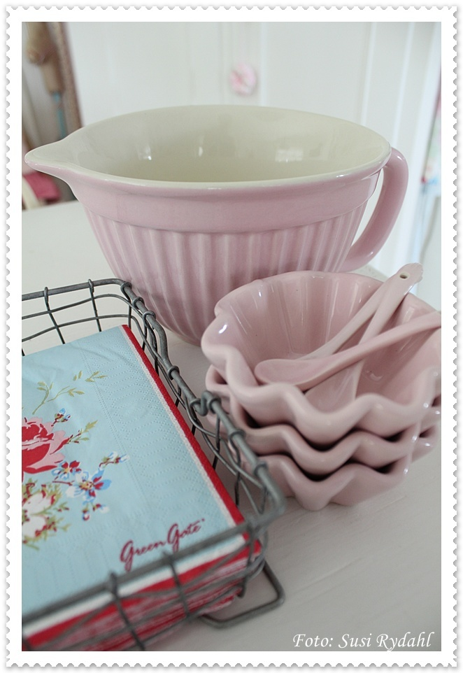 Beautiful. Love the pink bowls.