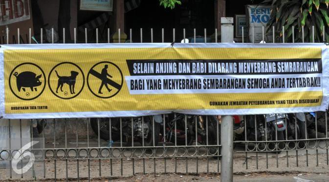 Disindir Spanduk, Warga Tetap Nyeberang Sembarangan - Photo Liputan6.com