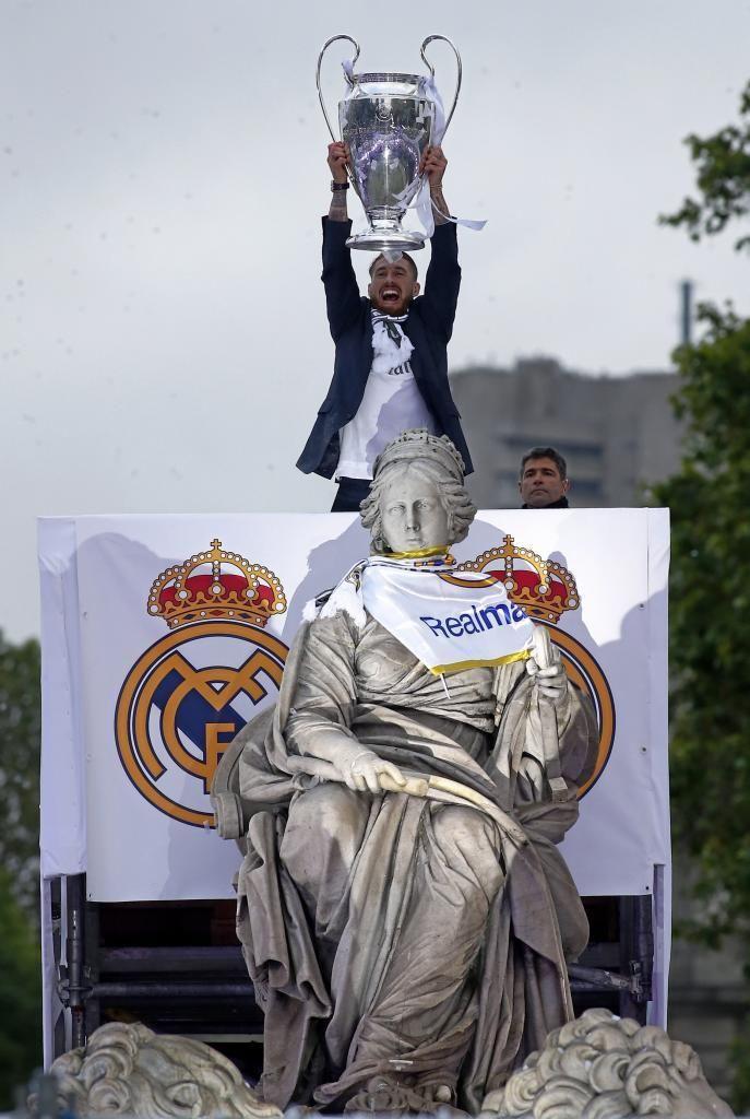 El capitán Sergio Ramos, y el resto de la plantilla del Real Madrid, ofrecieron este domingo la Copa de Europa conquistada en Milán frente al...
