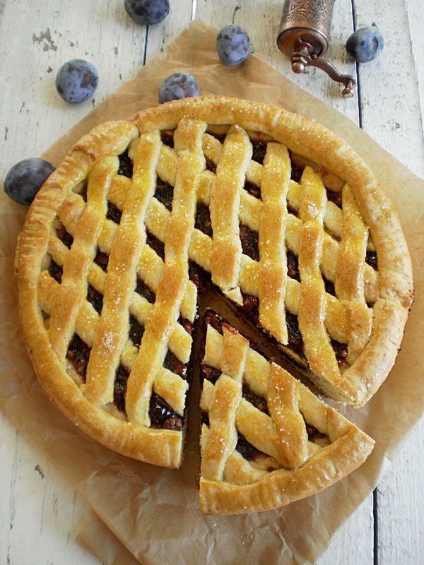Ingrediente unt 100g zahar 100g oua 2 buc faina 350 g bicarbonat 1/2 lingurita vanilina 300g gem de prune 100 gr nuci tava 24 cm Mod de preparare Se freaca untul cu zaharul,vanilina si bicarbonatul, apoi se adauga treptat ouale,dupa care se incorporeaza faina. Se amesteca repede pentru a nu se incalzi, apoi se lasa