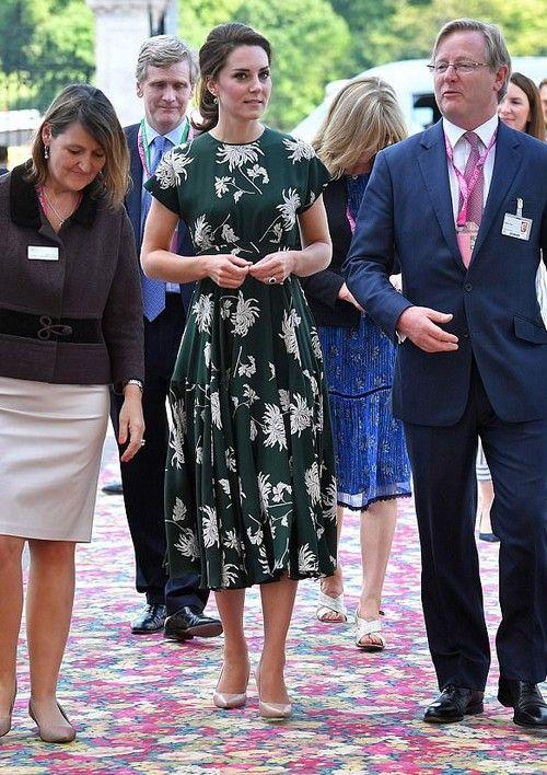 Kate Middleton, kardeşi Pippa'nın düğününün ardından hemen Kraliyet görevlerinin başına geri döndü ve ilk iş olarak, Londra'da her yıl düzenlenen Chelsea Çiçek Fuarı'na katıldı. Fuara Kraliçe Elizabeth ve diğer Kraliyet hanımları ile teşrif eden Düşes, pek tabii yine tüm...   http://havari.co/gardrop-kedisi-kate-middleton-rochas-cicekli-elbise/