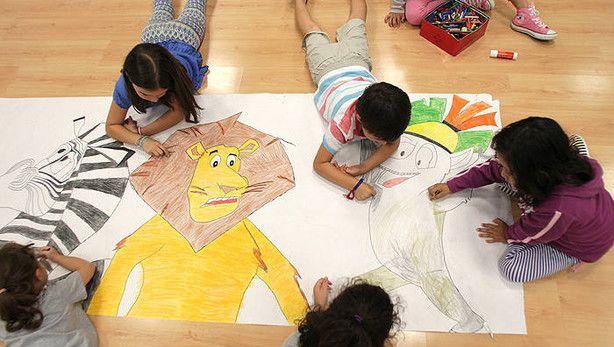 Niños pintando a los personajes de 'Madagascar'.