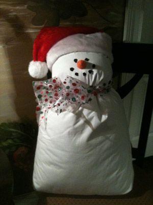 Schneemann-Kissen aus weissem Kissen,fertig, gefüllt, Nikolausmütze und dekoband - out of White pillow , santa hat and decoscarf