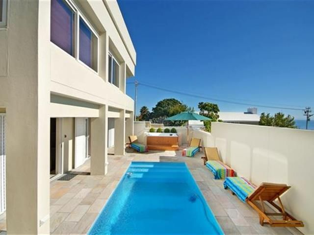 Funky 6 bedroom House for rent in Fresnaye from R4 500 per day. This double story villa exudes a calm and tranquil atmosphere. The sumptuous accommodation provides ample space and privacy with 2 suites facing the outdoor area with sparkling blue pool and Jacuzzi.