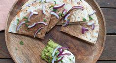 Quesadillas met kip, spinazie en geitenkaas. Een soort Mexicaanse tosti. Een gerecht om te delen . Lekker met guacamole en zure room.