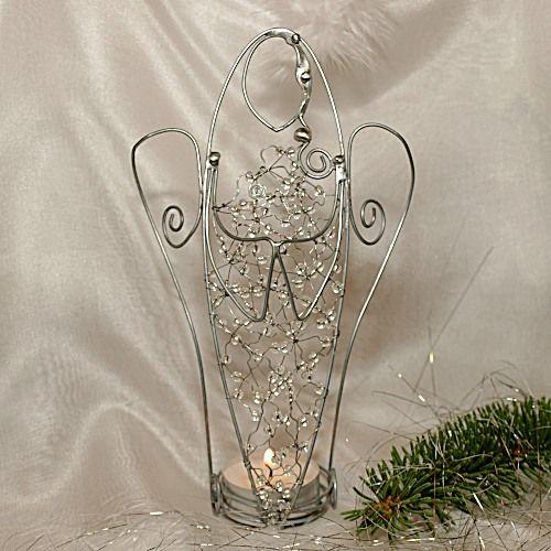 Andělský svícen Anděl, který vám přinese světlo do domova. Anděl je vyrobený cínovánim a drátováním z pozinkovaného a nerezového drátu, doplněný čirými korálky se stříbrným průtahem. Rozměry: výška 19,5 cm, rozpětí křídel 11 cm.