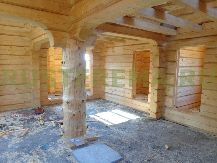 Использование массивных столбов в интерьере дома из лафета позволяет оптимально задействовать внутреннее пространство помещений.