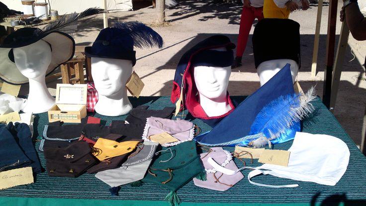 Detalle de los tocados y sombreros masculinos del siglo XV para la recreación de Belmonte.