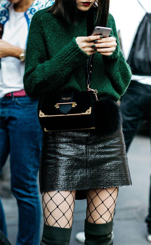 Street style look com suéter + meia arrastão + saia de couro