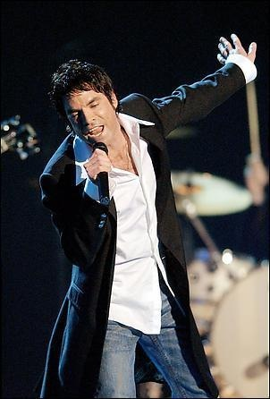 "Pat Monahan performing ""Drops of Jupiter"" at Grammy Ceremony; Train won 2 Grammys that night"