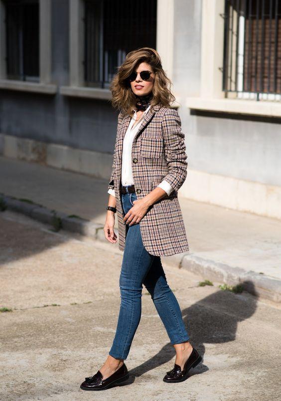 Maxi blazer xadrez, blusa branca, jeans azul, loafers prettos