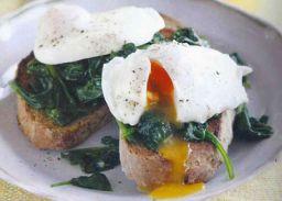 Gepocheerde eieren met spinazie op volkorentoast