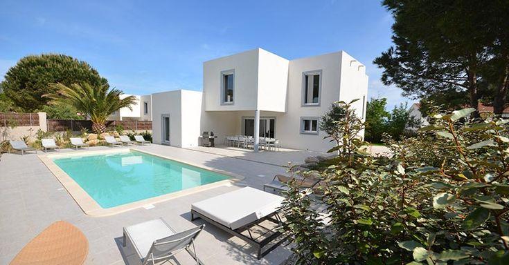 Location de villa à Calvi en Corse. Les villas à louer en Balagne pour les vacances à Calvi sont luxueuses. Vous avez le choix entre des villas 3, 4 ou 6 chambres. Location de villa en Corse Villas Mandarine.