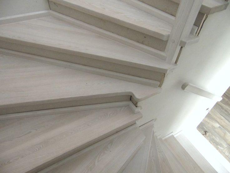schody bielone wykonane przez Stolarstwo Szudera www.stolarstwoszudera.pl