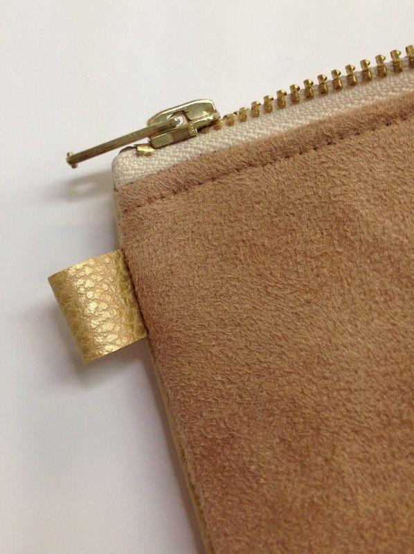 Pochette en simili cuir et suédine