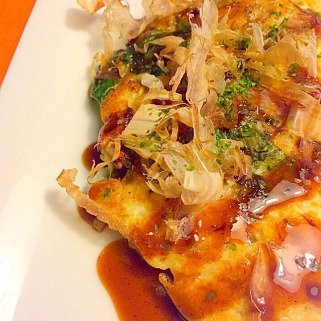 鍋で余ってしまった春菊の活用。 冷蔵庫に余っているイカ、ホタテ、ジャコを投入し海鮮お好み焼きに。 出汁はお寿司についてきた即席のお吸い物で代用。 - 17件のもぐもぐ - 海鮮と春菊のお好み焼き by yayotu