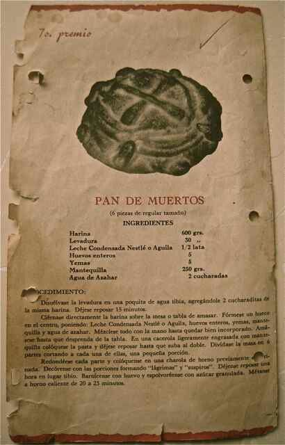 Receta de pan de muertos; pan de muerto, 'bread of the dead', made for the Mexican Days of the Dead, with its shape resembling a skull and crossbones.