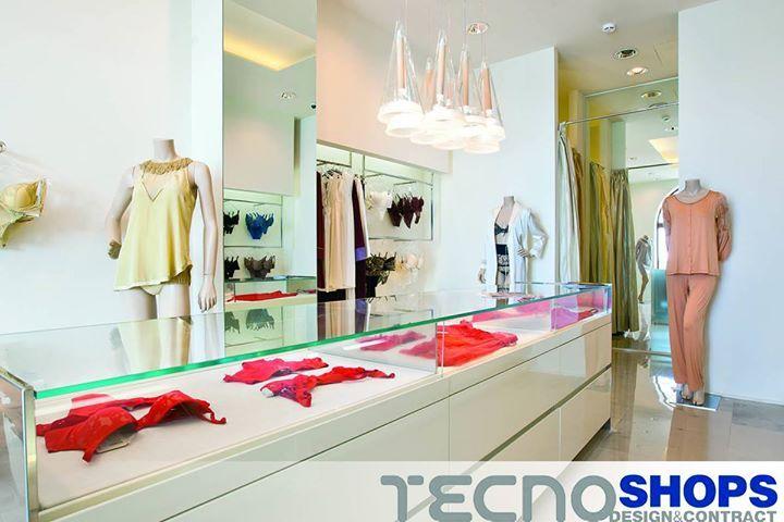 Colori chiari e un design che risalta la luminosità dellambiente per questo negozio La Perla a Sochi.
