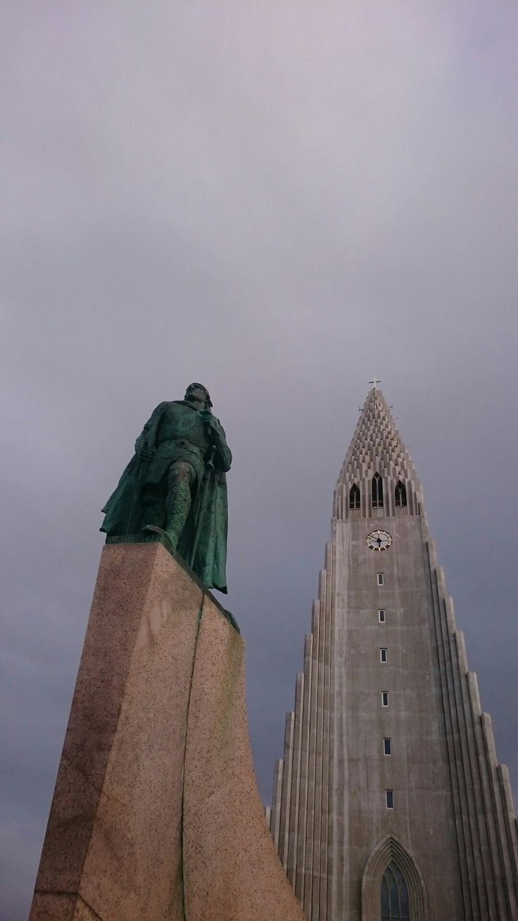 The statue of Leiv Erikson in front of the halgrims church