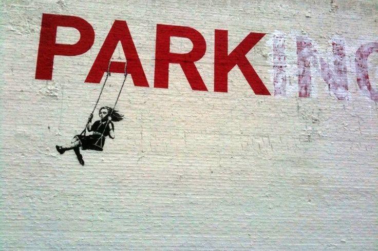 """As bananas de Pulp Fiction e o macaco detonador de bananas (Londres). As ratazanas """"Let Them Eat Crack"""" (Nova Iorque) e as pilhagens pós Katrina (Nova Orleães). A rapariga a revistar o soldado e as outras fendas no muro (Israel)."""