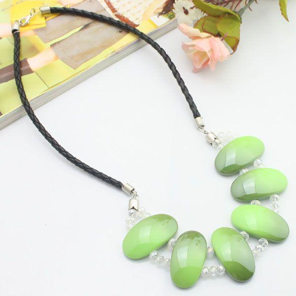 Cordon en cuir vert + acrylique + collier en cristal