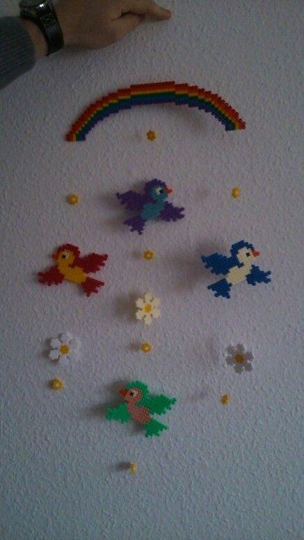 Bügelperlen Mobile aus regenbogen, vogel und Blumen