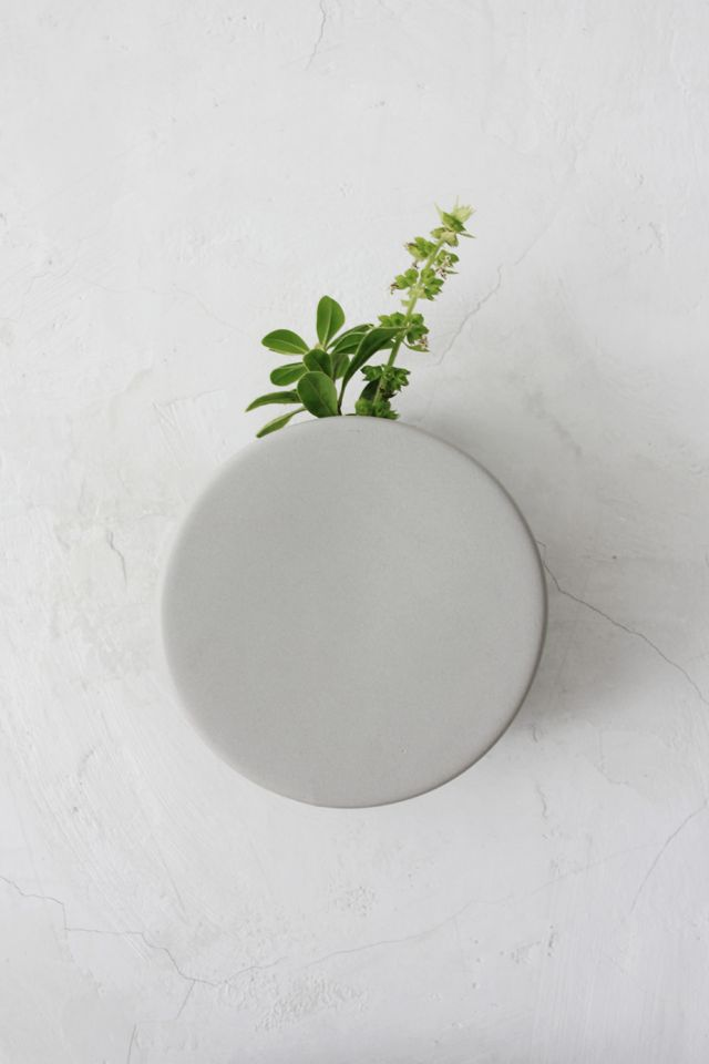 Cathérine Lovatt is a Belgian freelance ceramicist who's work we previously featured towards the end of last year. We have since kept a close eye on her ceramic creations and today I would like to share with you her beautifully simplistic ceramic wall vase, designed for Belgian interior decoration brand, Serax.