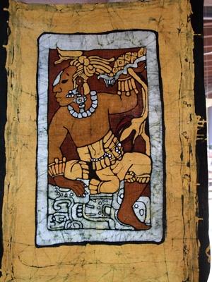 Questo bassorilievo fa parte del basamento del trono Del Rio ritrovato a Palenque. Nella parte superiore dell'immagine è riportato uno dei simboli dell'abbondanza dei Maya costituito dalla tartaruga e il fiore che ne discende chiamato Water Lilly.