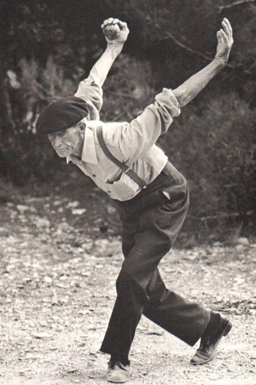 Photo extraite du livre Pétanque et jeu provençal  de Yvan Audouard (texte) et  Hans Silvester (photographies), Ed. du Chêne, 1977