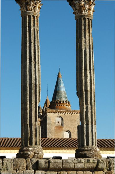 Roman Temple of Diana coluns revealing the roof top of the #Évora Cathedral, Evora,  Portugal