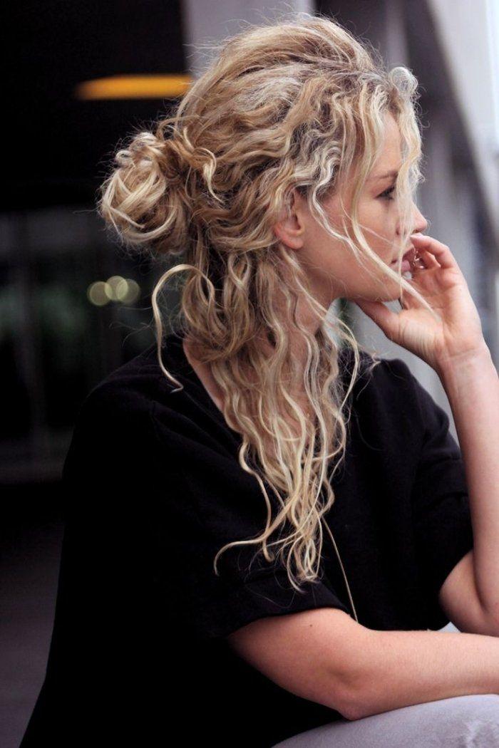 coiffure cheveux ondulé longs de style négligé