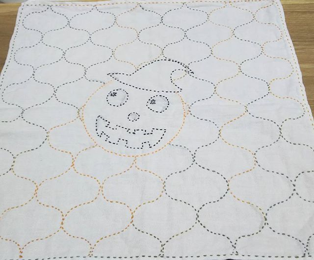 @yuri_yurimama0521 ゆりママさんからいただいたお菓子の袋の#ジャックオーランタン を晒に写して、 @_10mochi さんが#rika15sashiko りかが染めたパンプキンで#網紋#網文#干網を刺してくださったのが可愛かったので真似しちゃいました🙌 糸は自作染めのパンプキンと、小鳥屋さんのオレンジと黒🎵 即席で写して見たけど身近な物も図案になるんだな~と発見したので、これからまた何を見ても刺し子にできないか?脳内変換する刺し子病悪化しそうです(笑)😁 #刺し子#刺し子糸#刺し子初心者#刺し子ふきん#花ふきん#HALLOWEEN#ハロウィン#小鳥屋#染め#化学染料#化学染め