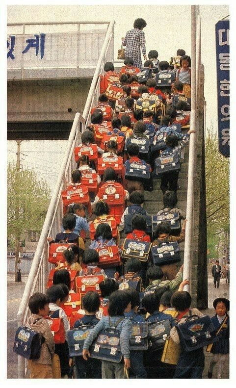 국민학교ㅡ1980년대 국민학생들.  저 가방은 정말 80년대 국민학생들의 상징이다.  저 가방이 이 사진이 1980년대라는 것을 알게 해준다.