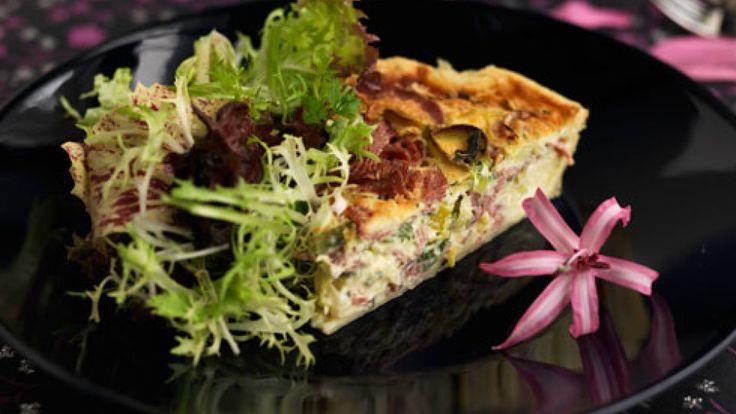 Jauhelihapiirakka on ruokaisa klassikko illanistujaisiin, ja pienellä pekonilisällä saat siihen lisää makua ja luonnetta. Piirakka taipuu myös kevyeksi ateriaksi esimerkiksi raikkaan salaatin kera tar...