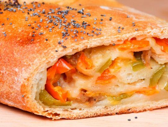 Стромболи, или Пицца в рулете.  http://www.domashniy.ru/article/eda/recept-dnya/stromboli__ili_picca_v_rulete.html