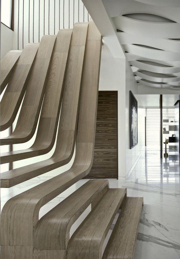 Design houten trap. Woooooh......en kijk ook eens naar dat plafond...........