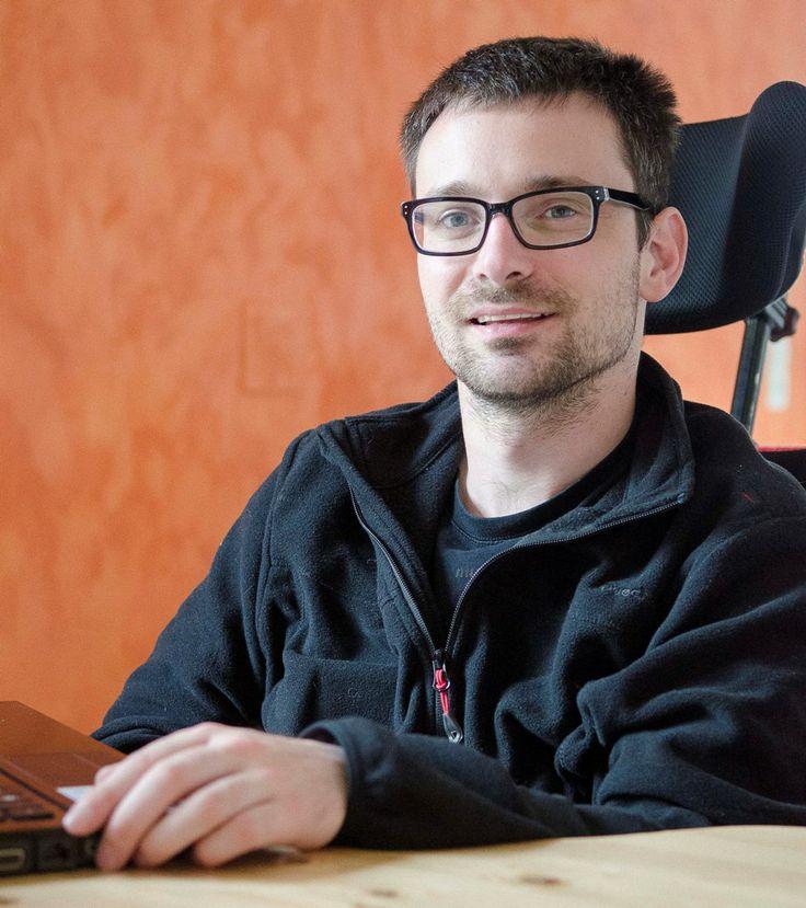 Mathias Coppa est jeune auteur, atteint d'une maladie génétique rare : l'Ataxie de Friedreich.  Il se définit lui même comme écrivain à roulettes #ataxiedefriedreich #handicap #litterature