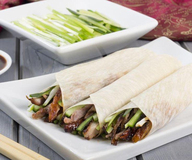 Bejing Duck Pancakes: Chinees flensje gevuld met Pekingeend, bosui en hoisinsaus.