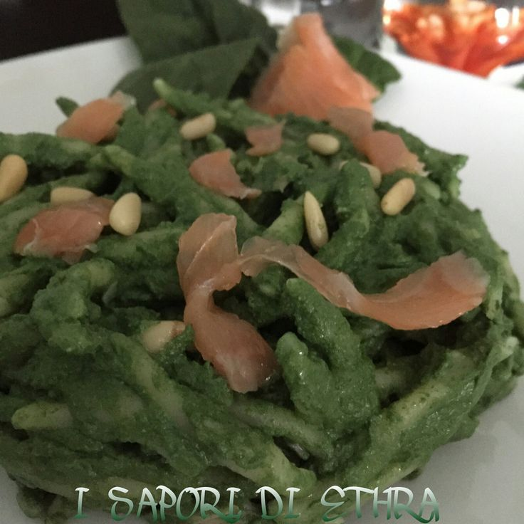 Pasta fresca con pesto di spinaci e salmone è un primo piattogoloso ma leggero: un pestoinsolito con spinaci....Da premettere che io spesso faccio il pesto con qualsiasi cosa, dal basilico