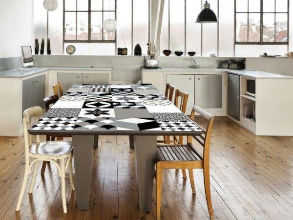 Relooking DIY d'une table avec un revêtement adhésif carreaux de ciment    http://www.homelisty.com/carrelage-adhesif-carreaux-ciment/