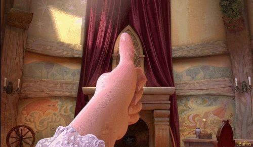 Rapunzel piensa en las luces flotantes - Rapunzel, mira las proporciones de la pared con el dedo índice para pintar las luces flotantes que ella ve cada día de su cumpleaños