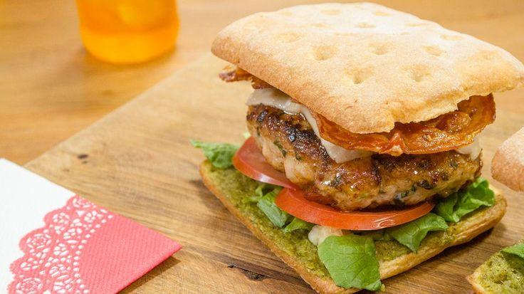 Lust Laura het of niet? Italiaanse hamburger met kippengehakt en krokante pancetta | VTM Koken
