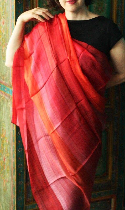 Scialle indiano in seta pura color arancione e rosso http://diwalistore.it/sciarpe-e-borse/sciarpe-e-stole-in-seta/scialle-in-seta-pura-rosso-arancione.html